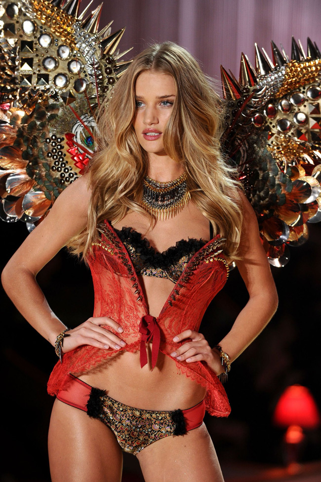 WTFSG-Rosie Huntington-Whiteley at 2010 Victoria's Secret Fashion Show