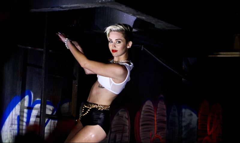WTFSG-miley-cyrus-behind-the-scenes-2013-mtv-vma-2