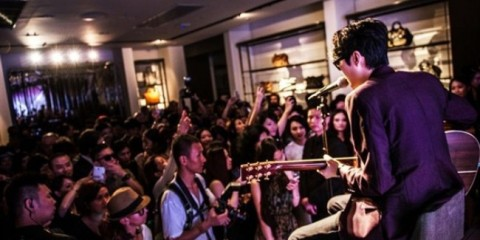 WTFSG-burberry-art-of-the-trench-glitz-shanghai-Khalil-Fong-Acoustic-performance