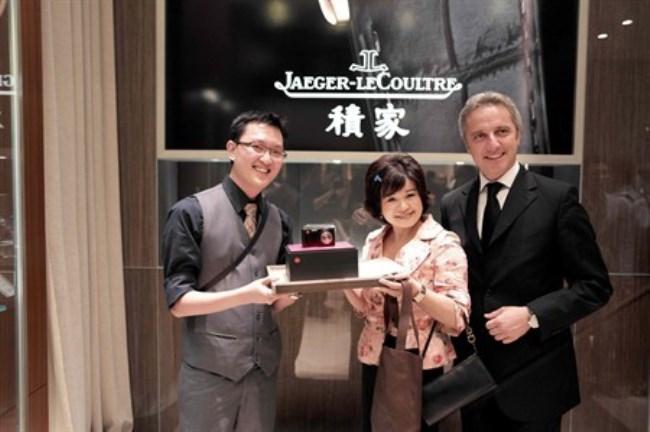 WTFSG-jaeger-lecoultre-announces-reverso-photocontest-winner-Madam-Liew-Jerome-Favier-1