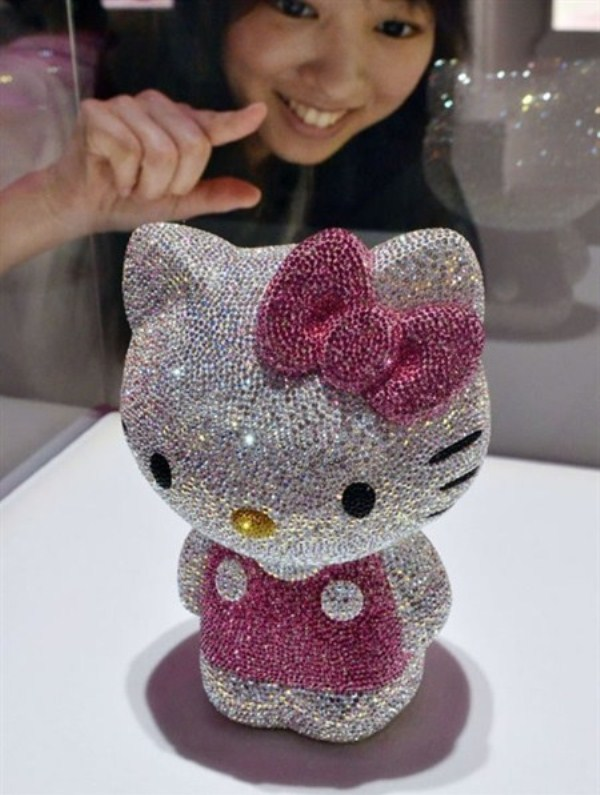 WTFSG-hello-kitty-goes-gaga-glitzy-2