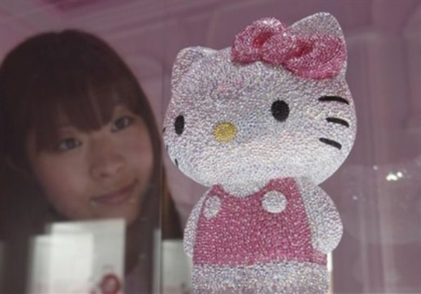 WTFSG-hello-kitty-goes-gaga-glitzy-3