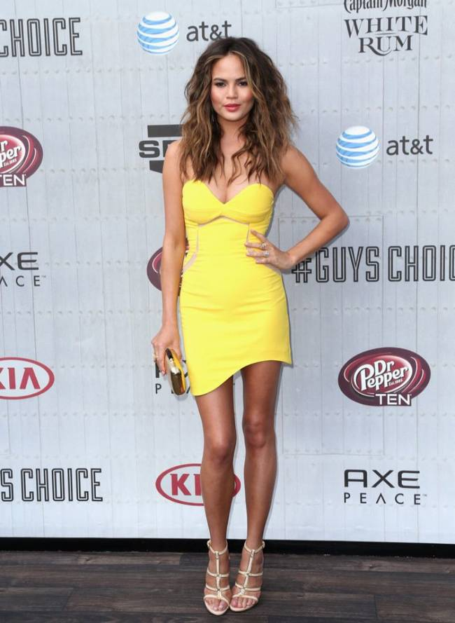 WTFSG-guys-choice-awards-style-2014-chrissy-teigen-three-floor