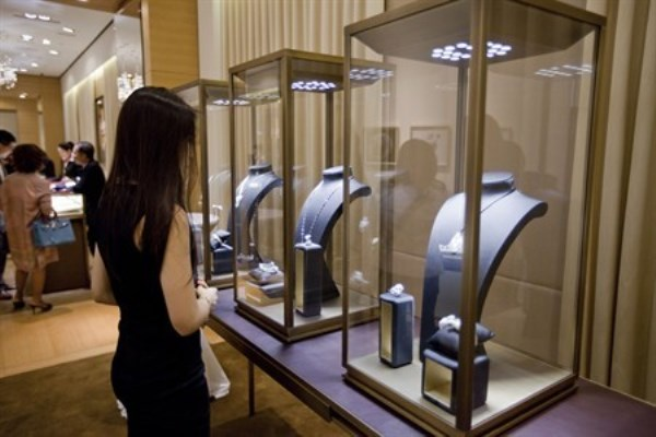 WTFSG_guest-admiring-the-high-jewellery-on-display