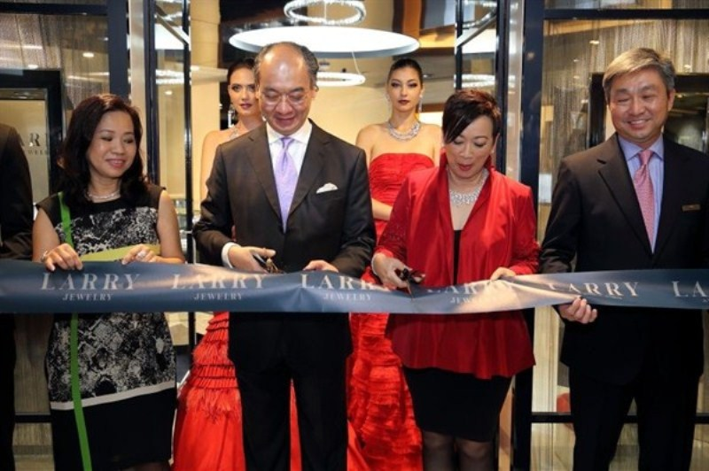 WTFSG_larry-jewelry-reopening-paragon-singapore_ribbon-cutting
