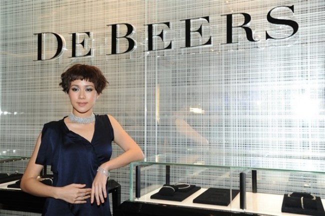 WTFSG_de-beers-elements-mall-hong-kong_Karena-Lam