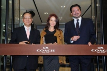 WTFSG_song-ji-hyo-special-guest-coach-store-launch-hk_ribbon-cutting