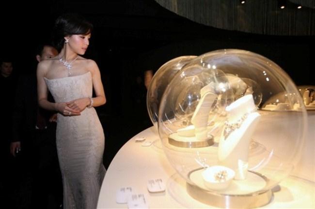 WTFSG_van-cleef-arpels-timeless-beauty-exhibit-shanghai_Zhang-Jing-chu