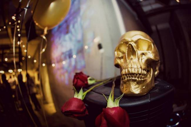 WTFSG_a-classy-dinner-party_gold-skull-roses