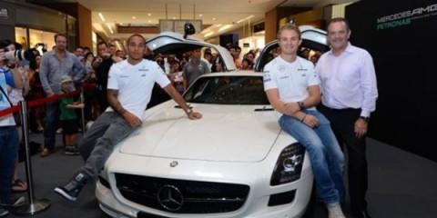 WTFSG_mercedes-amg-petronas-f1-team-drivers-greet-fans_Lewis-Hamilton_Nico-Rosberg_Wolfgang-Huppenbauer