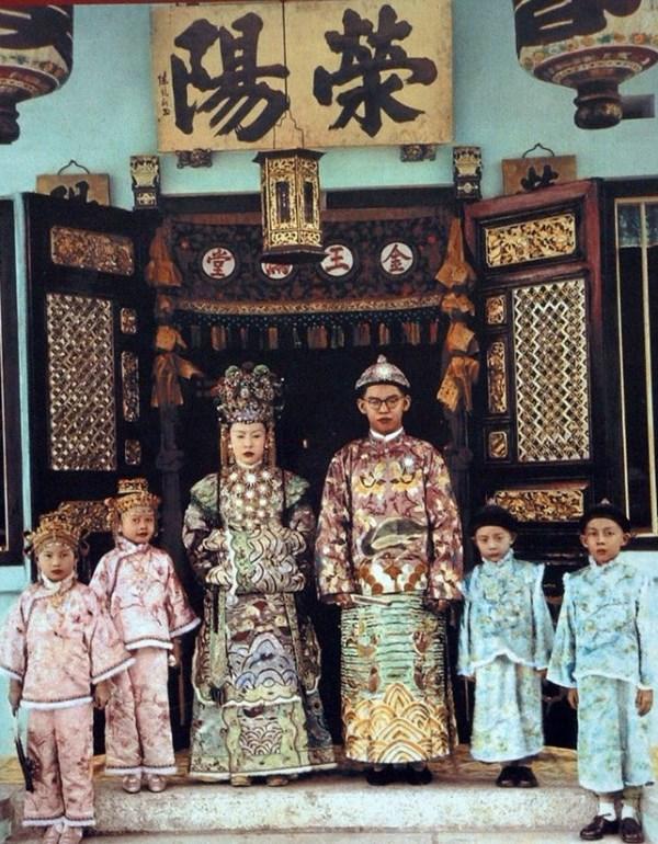 WTFSG_Wedding-portrait-of-a-Peranakan-family