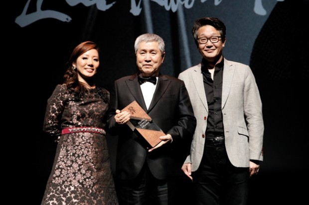 WTFSG_silver-screen-awards-2014_Yuni-Hadi_Im-Kwon-taek_Kim-Ji-seok