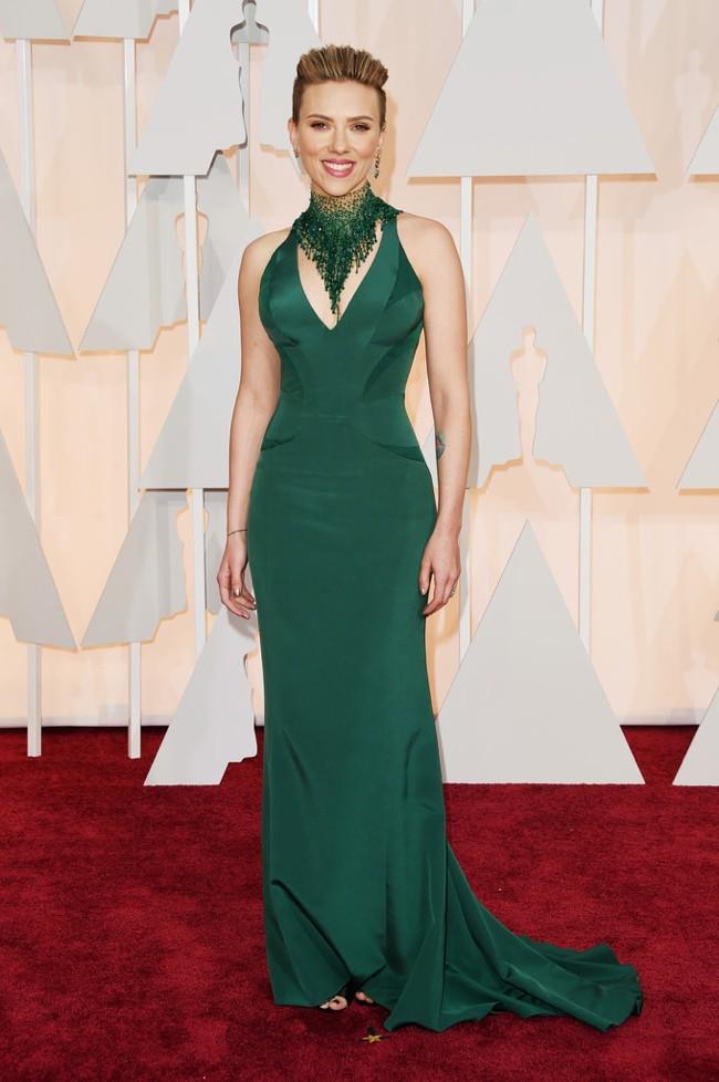 WTFSG_scarlett-johansson-green-versace-dress-oscars-2015