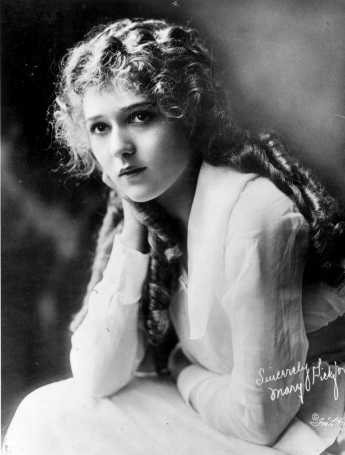 WTFSG_1920s-hairstyles-short-curly-bobs-updos_Mary-Pickford