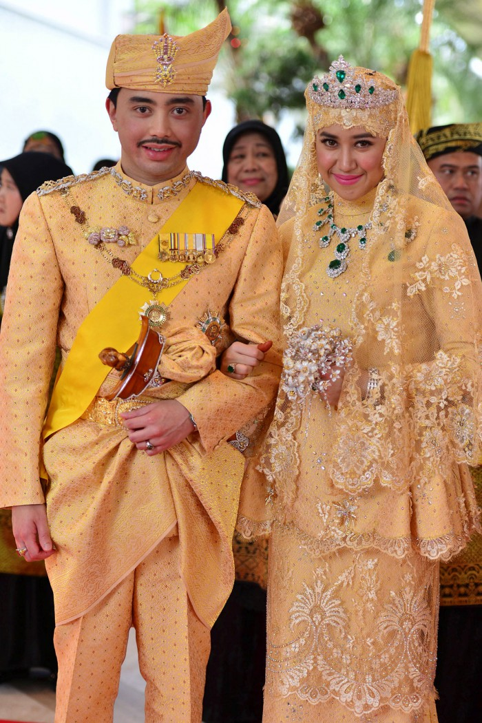 WTFSG_sultan-of-brunei-son-marries-in-gold-studded-glory_4