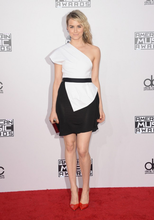 WTFSG_2014-american-music-awards-red-carpet_taylor-schilling