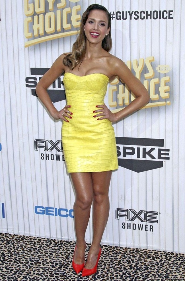 WTFSG_jessica-alba-attends-guys-choice-awards-looking-foxy-versace_2