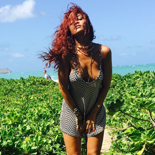 WTFSG_rihanna-hawaiian-vacation-outfits_1