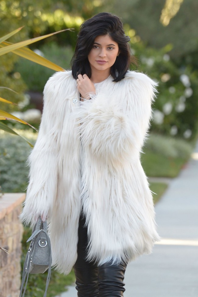 WTFSG_kylie-jenner-faux-fur-guess-white-coat_2
