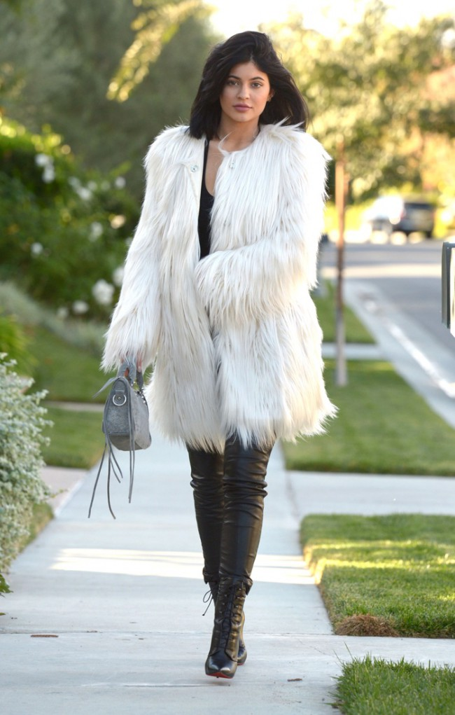 WTFSG_kylie-jenner-faux-fur-guess-white-coat_3