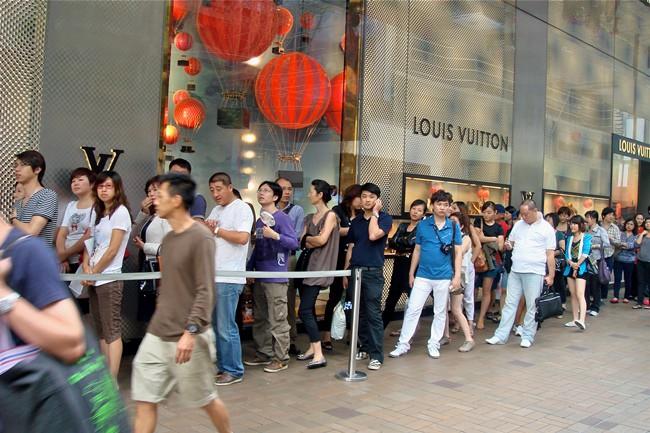 WTFSG_Louis-Vuitton-long-queue-shoppers-canton-road
