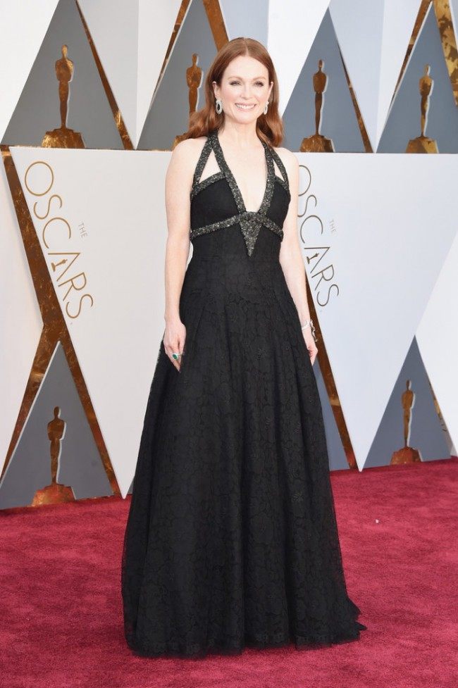 WTFSG_Julianne-Moore-2016-Oscars-Black-Chanel-Haute-Couture-Gown