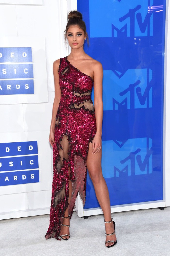 taylor-hill-moschino-dress-2016-mtv-vmas